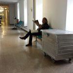 Warten des Umzugsplaners auf den Abtransport der alten medizinischen Geräte