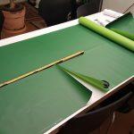 Zuschnitt des grünen Packpapiers